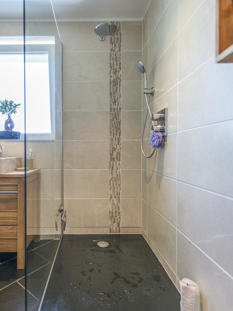 Une douche l 39 italienne pour une salle de bains moderne leroy merlin - Cout d une salle de bain a l italienne ...