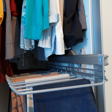 Les pantalons facilement rangés dans le dressing de Norbert à Caudan