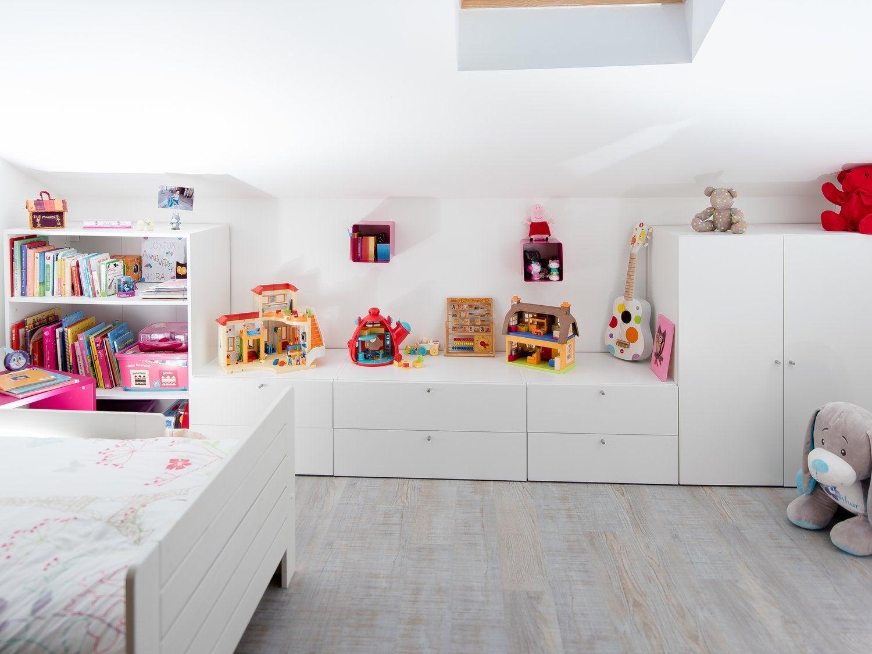 emilie utilise l 39 espace sous pente avec ce rangement. Black Bedroom Furniture Sets. Home Design Ideas