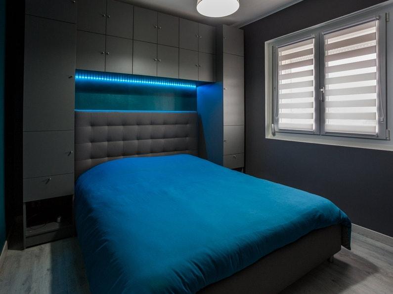 Le dressing noir et bleu dans la chambre de guy escaudain for Dressing dans la chambre