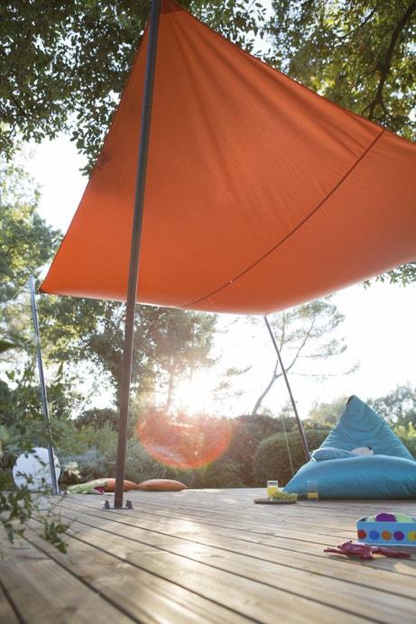 Une voile d'ombrage orange sur la terrasse