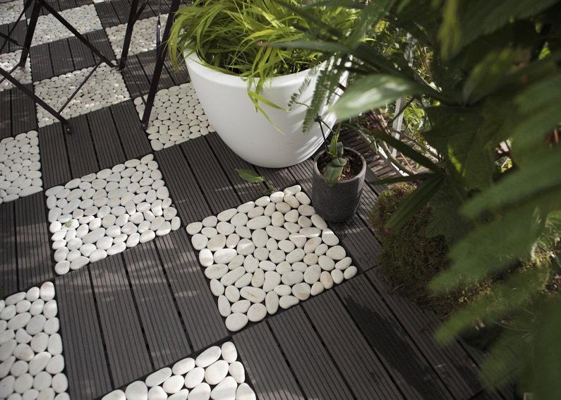 Une terrasse moderne avec ce mix de galets blancs et dalles en composite leroy merlin Jardin avec galets blancs