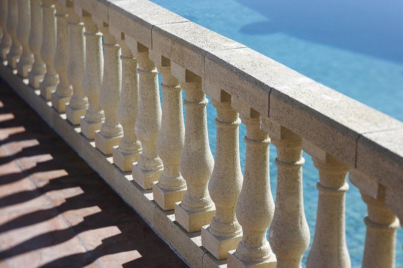 Balustres et garde corps pour s curiser la terrasse for Lustre terrasse exterieur