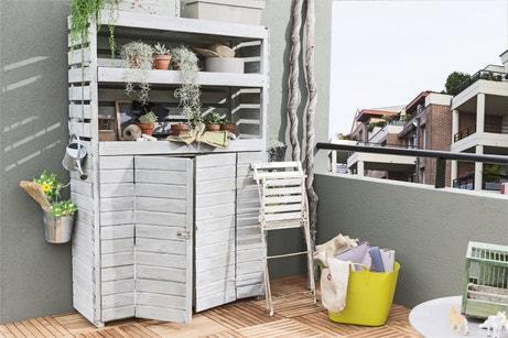 Une armoire de jardin en bois blanc naturel