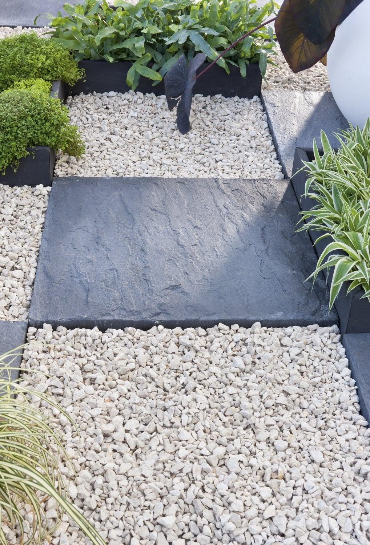 génial Une allée pour le jardin avec dalles en ardoise et graviers blanc