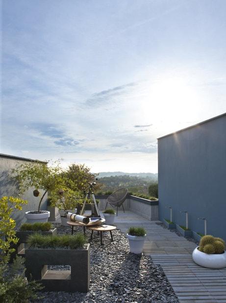 Du bois, des galets, des plantes pour une terrasse naturelle