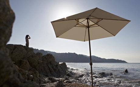 Un parasol blanc ivoire rectangulaire pour se protéger du soleil
