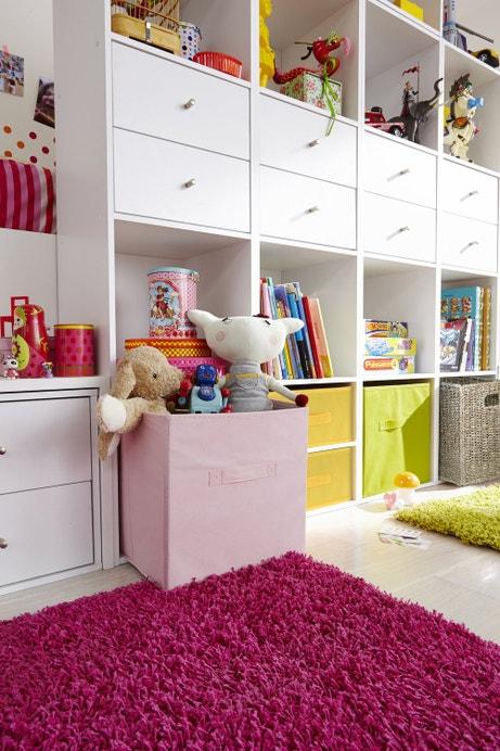Une chambre d'enfant avec des multiples rangements