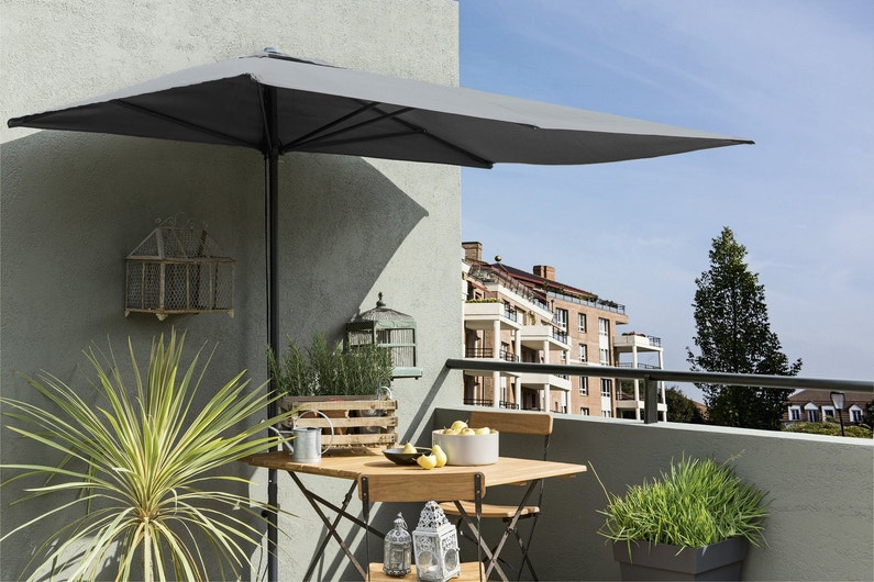 un parasol id al pour un balcon leroy merlin. Black Bedroom Furniture Sets. Home Design Ideas