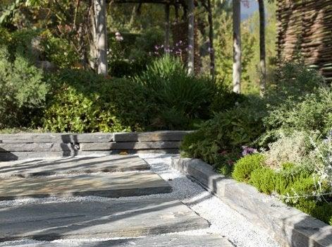 tout savoir pour am nager une all e dans son jardin leroy merlin. Black Bedroom Furniture Sets. Home Design Ideas