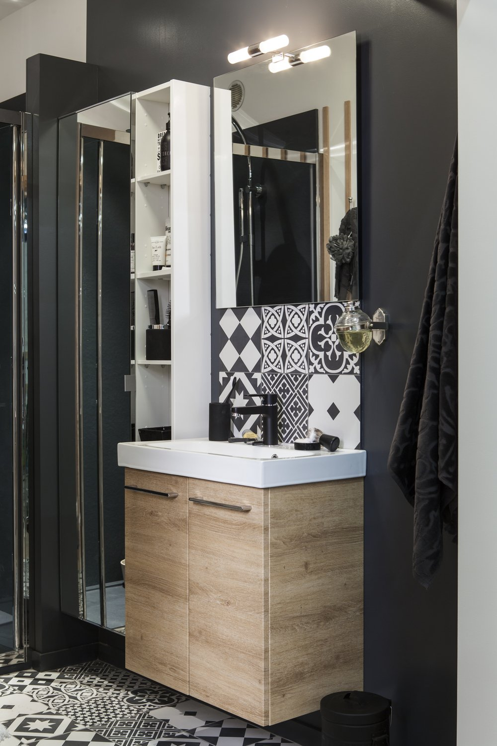 le coin toilette d 39 une salle de bains en noir et blanc leroy merlin. Black Bedroom Furniture Sets. Home Design Ideas