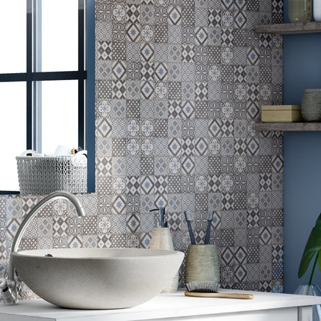 Habiller les murs de la salle de bain d'un carrelage carreaux de ciment gris bleus