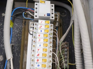 Installer un circuit électrique sous tubes