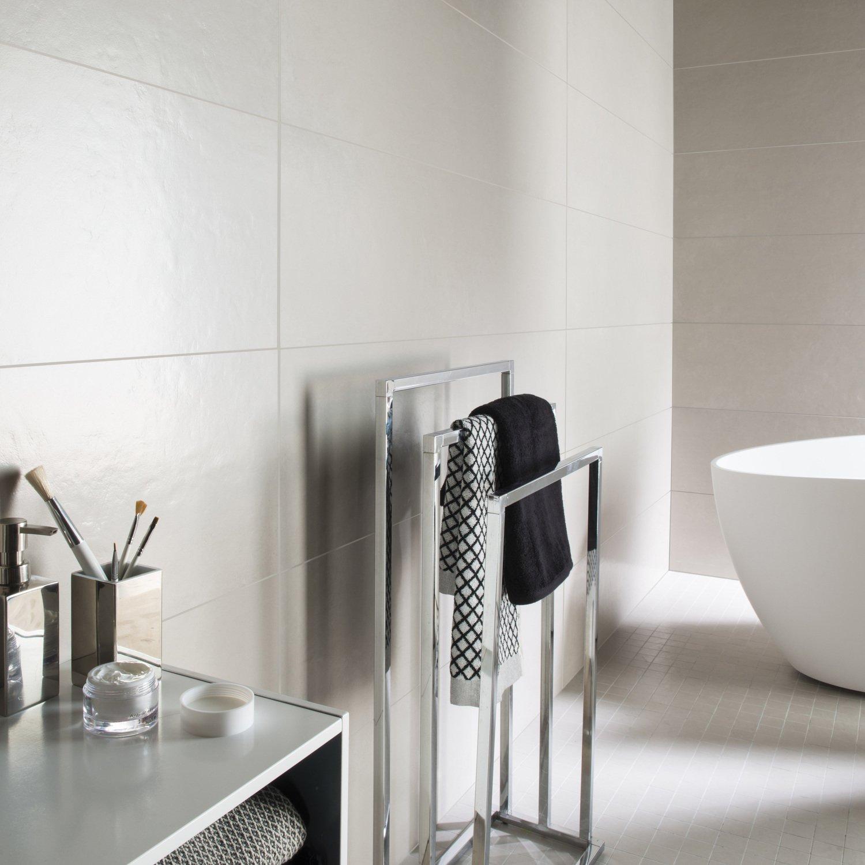 un carrelage gris pour les murs de votre salle de bains. Black Bedroom Furniture Sets. Home Design Ideas