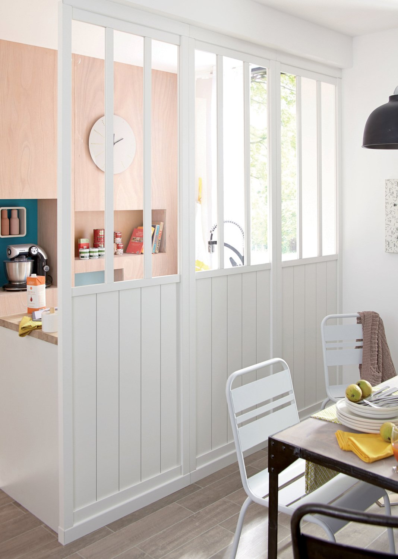 une cloison blanche en verre et bois pour s parer une. Black Bedroom Furniture Sets. Home Design Ideas
