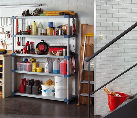Des étagères en plastiques pour ranger le garage