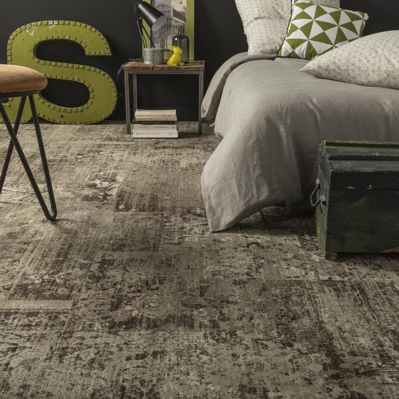 une moquette effet marbr beige et marron pour du relief dans la chambre leroy merlin. Black Bedroom Furniture Sets. Home Design Ideas