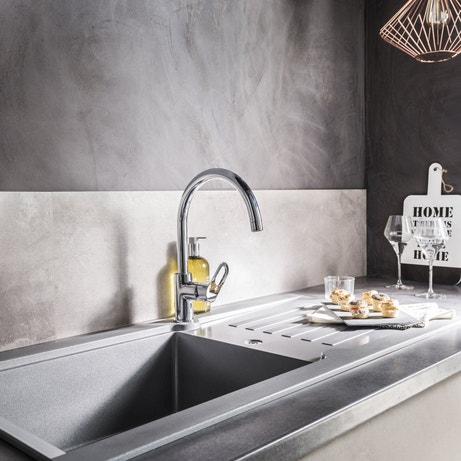 Une cuisine grise et métallique