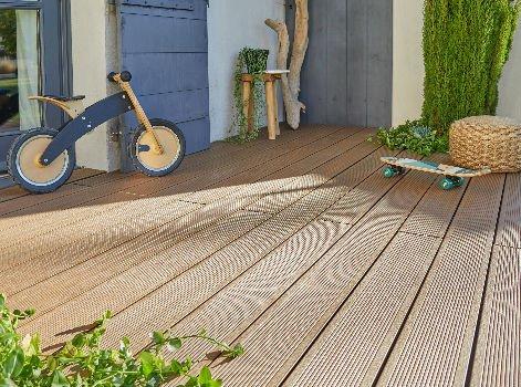 comment choisir sa terrasse en bois composite leroy merlin. Black Bedroom Furniture Sets. Home Design Ideas