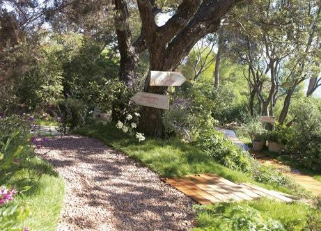Un chemin en gravier pour un jardin bucolique