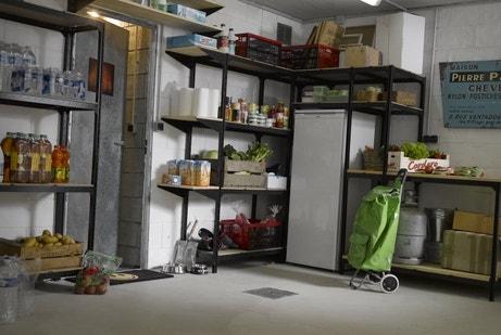 Un garage rempli de rangements et étagères