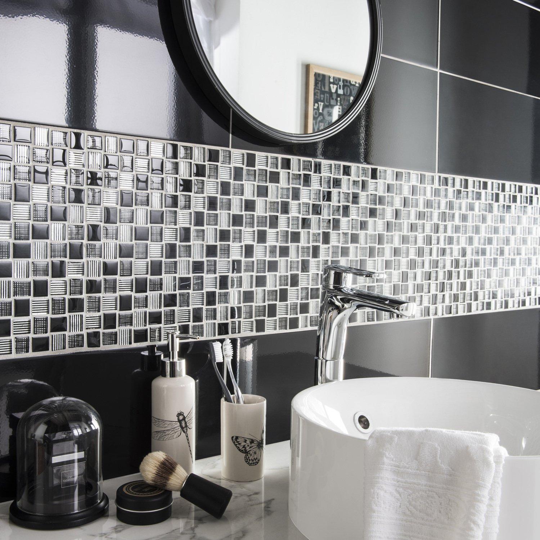 Un carrelage mural noir avec bande mosa que blanc gris - Carrelage noir brillant salle de bain ...