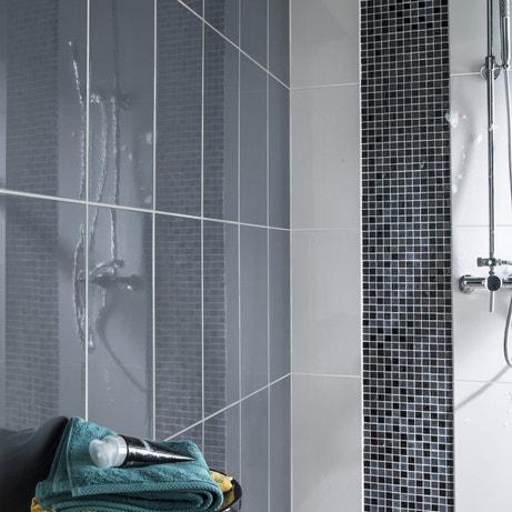 Une paroi de douche avec de la mosaïque anthracite