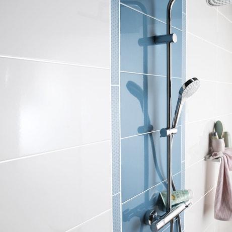 De la couleur bleue dans la salle de bains