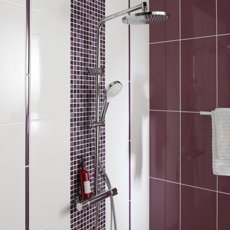 Une frise en mosaique en verre gris et rose pour la salle de bains ...