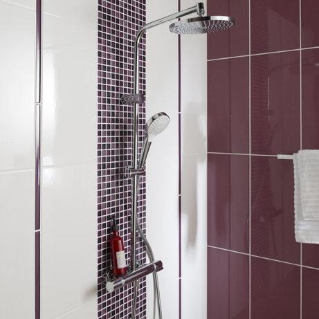 Une paroi de douche avec de la mosaïque rose violet