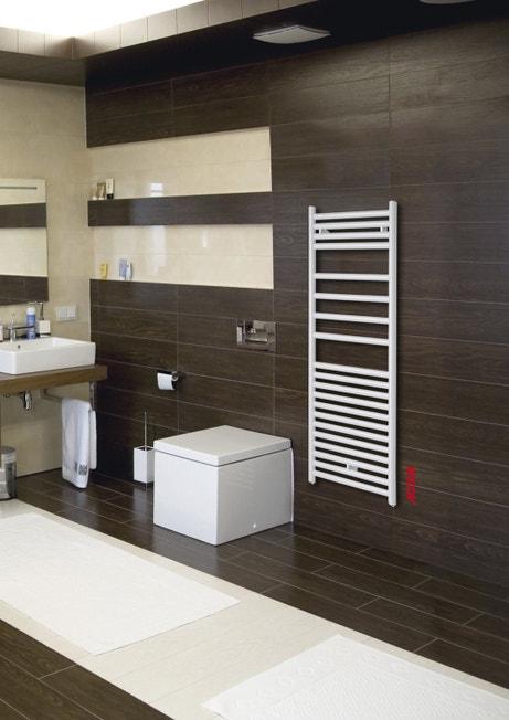 Un sèche-serviettes acier blanc