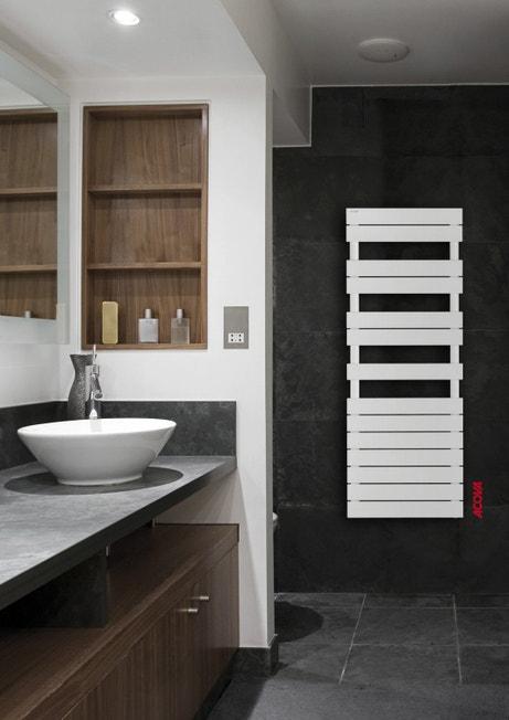 Un séche-serviettes blanc pratique et design pour la salle de bains