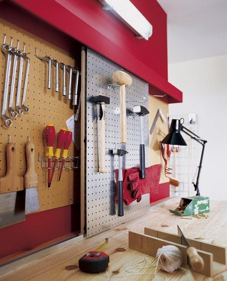 Un panneau perforé pour accrocher ses outils