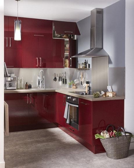 De l'inox dans la cuisine rouge