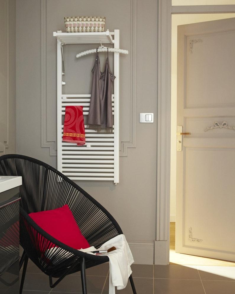 Une salle de bains chic et design avec un radiateur s che for Seche serviette design salle de bain