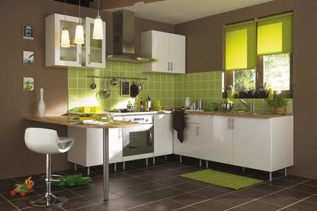 Une cuisine d'inspiration zen aux couleurs marron, blanc et vert