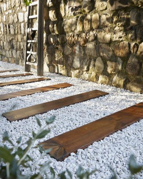 Des traverses en bois pour construire une allée