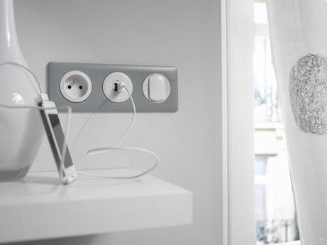 Une combinaison avec un va et vient, une prise USB et une prise blanches et argent