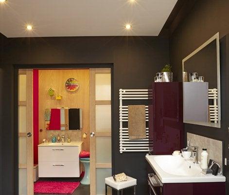 tout savoir sur l 39 clairage dans la salle de bains leroy. Black Bedroom Furniture Sets. Home Design Ideas