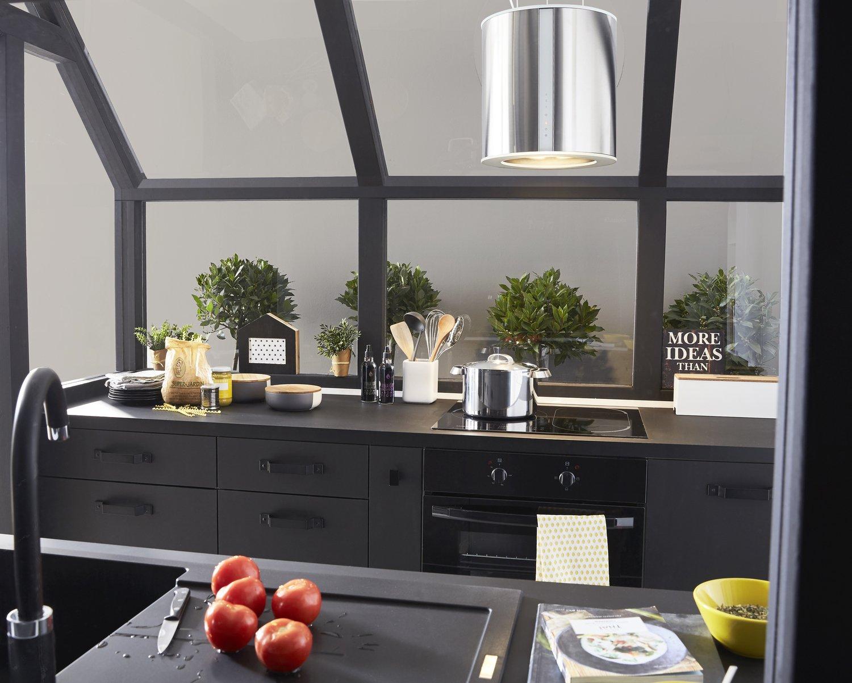 Une cuisine noire au style atelier | Leroy Merlin