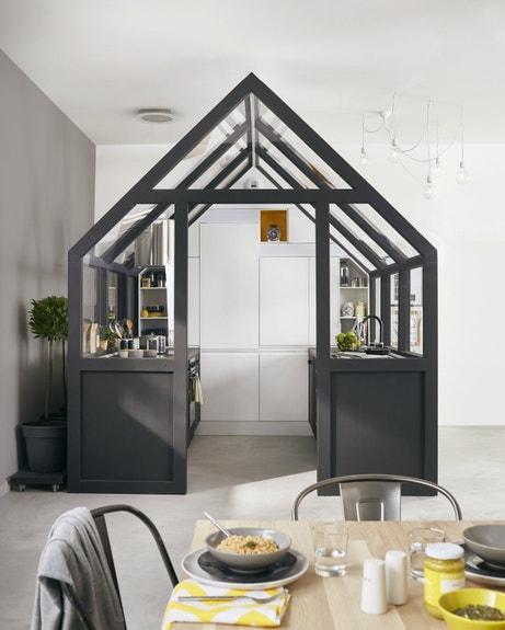 Une cuisine fermée dans le salon