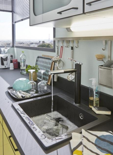 Un évier en granite et résine noir parfaitement intégré à une cuisine contemporaine