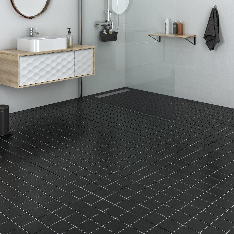 habillez le sol de la salle de bains avec un carrelage noir