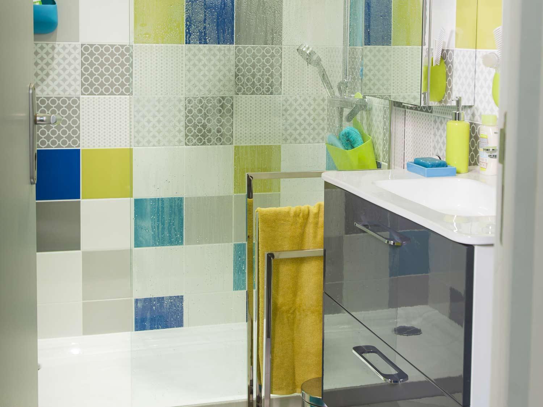 Une salle de bains tout confort dans 8m leroy merlin for Conseil carrelage petite salle de bain