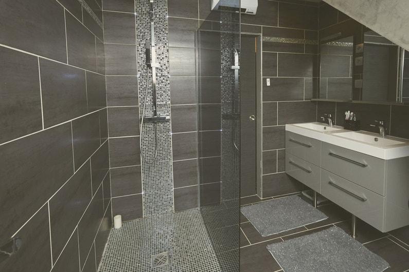 La salle de bains d 39 emilie thumeries leroy merlin for Quel carrelage pour douche a litalienne