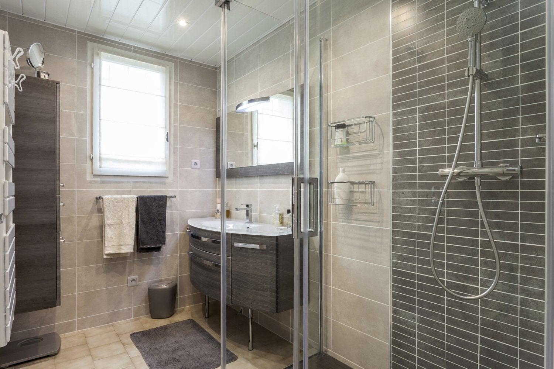 Gris et blanc dans la salle de bains moderne de Daisy à Calais ...