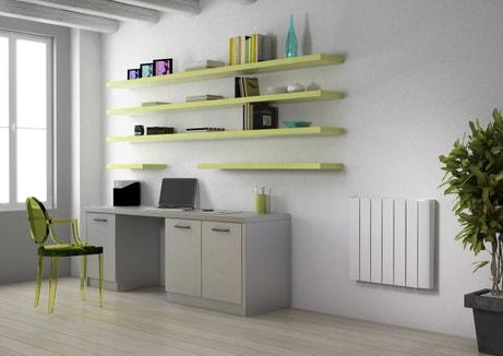 Un bureau épuré et bien rangé grâce à des étagères murales