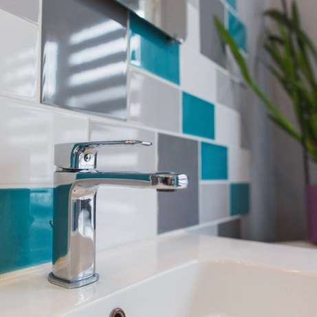 Une salle de bains au sol dynamique