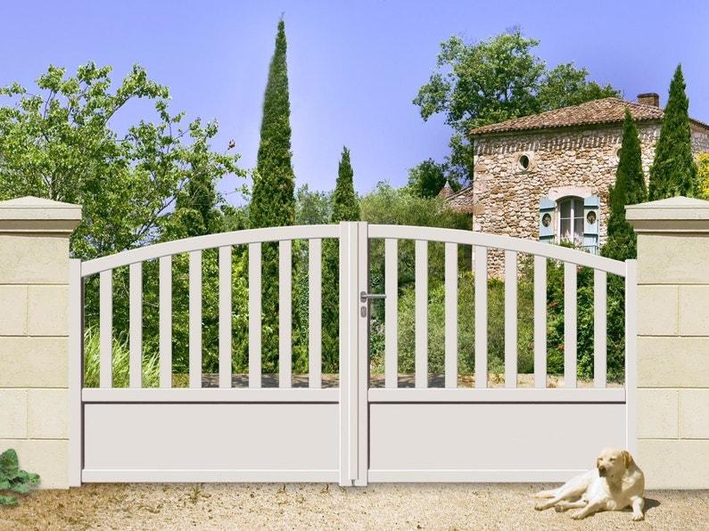 embellir son entr e de maison avec un portail en aluminium blanc ajour leroy merlin. Black Bedroom Furniture Sets. Home Design Ideas