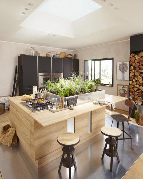 La cuisine allie joliment bois et inox